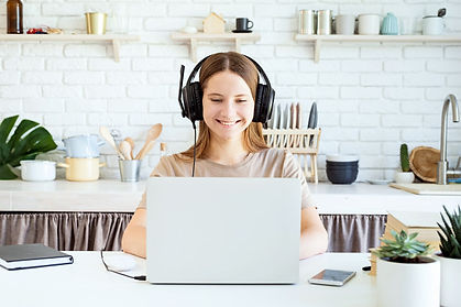 adolescente-feminino-usando-fones-de-ouv