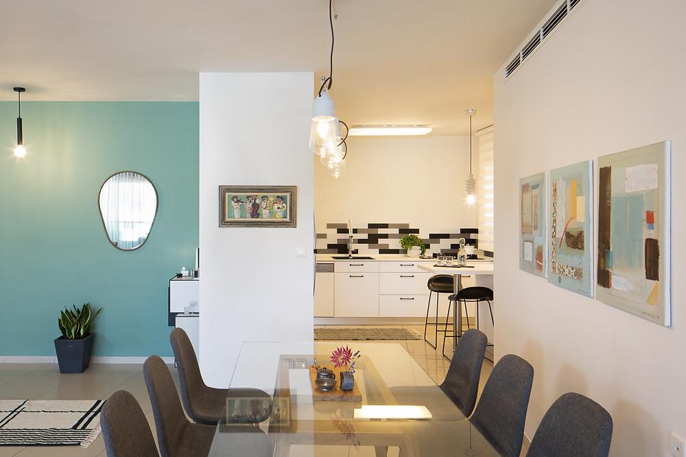 הקיר החדש שהוספנו הגדיל את המטבח והגדיר את הכניסה, כדי לשמור על אווריריות בחרנו פינת אוכל עם משטח זכוכית