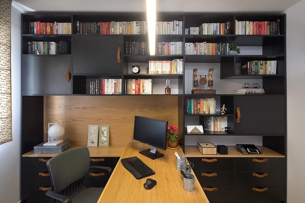 ספרייה גדולה בחדר עבודה בעיצובי