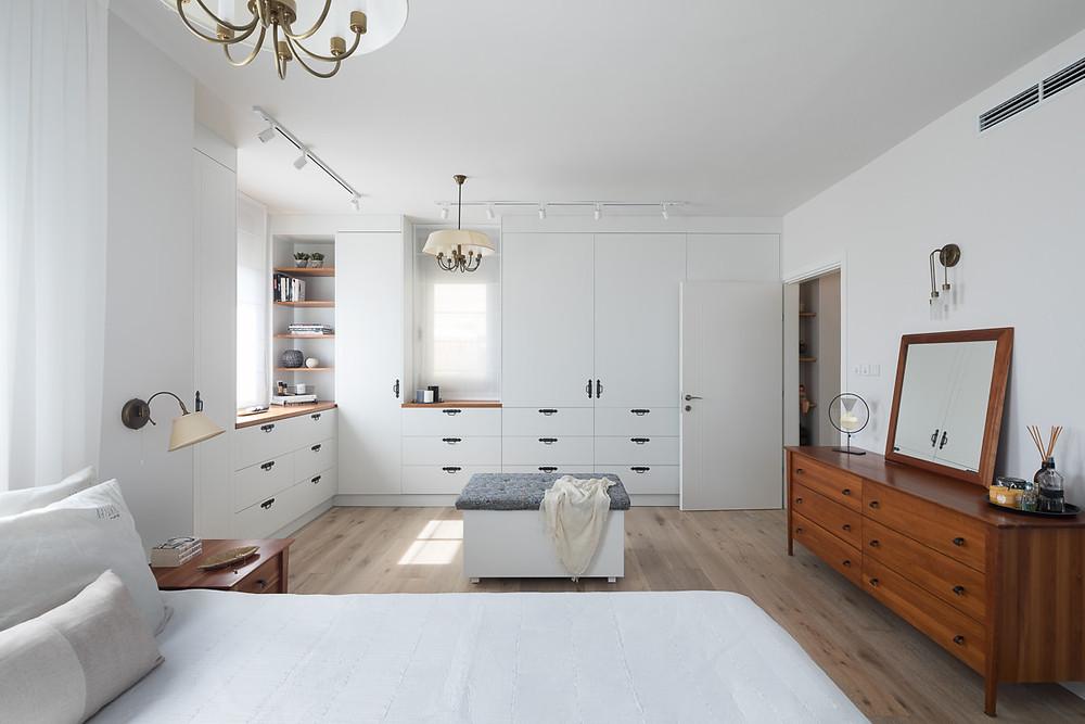 חדר השינה בדירה בהרצליה לאחר השיפוץ