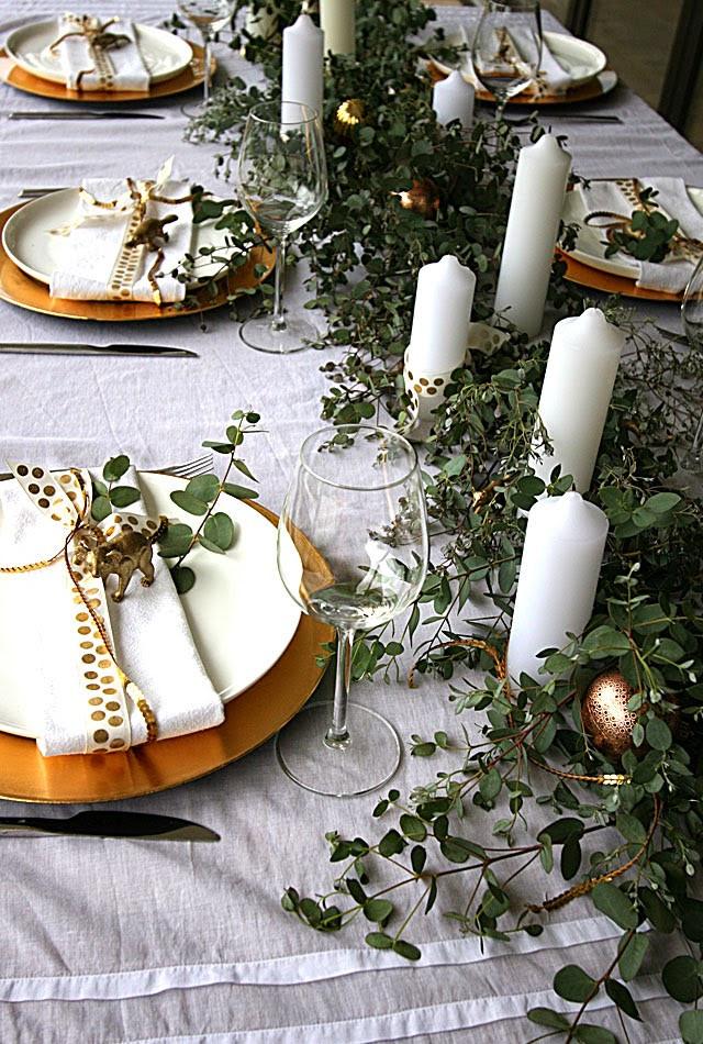 עיצוב שולחן כריסמס בגווני לבן וזהב
