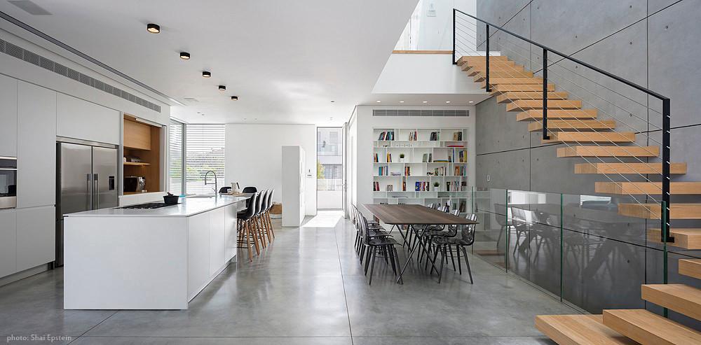 ספרייה בבית שתכנן גיא עזריאלי