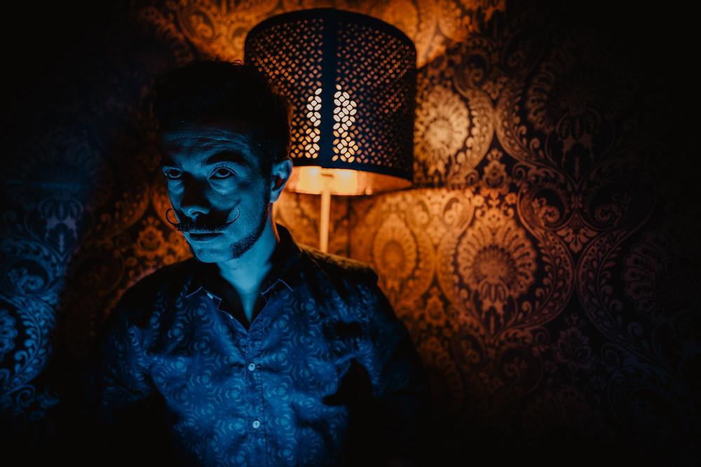 fotografia di ritratto artistico Iglesias, luci dal basso, colori