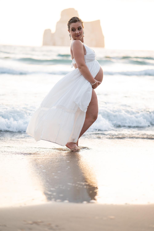 Gestante passeggia in spiaggia a masua, fotografia gravidanza Sardegna