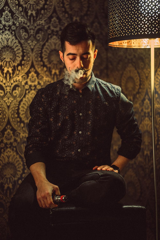 fotografia di ritratto artistico Iglesias, luci di taglio, sfondo damascato, carta da parati nello sfondo, luci calde, lampada nello sfondo