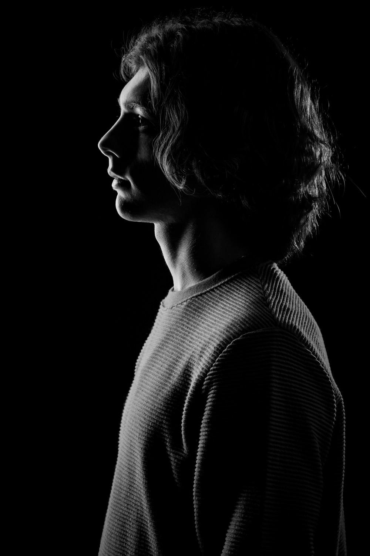 Fotografia di ritratto in studio in Sardegna ritratto in bianco e nero di Francesco con luce a fessura
