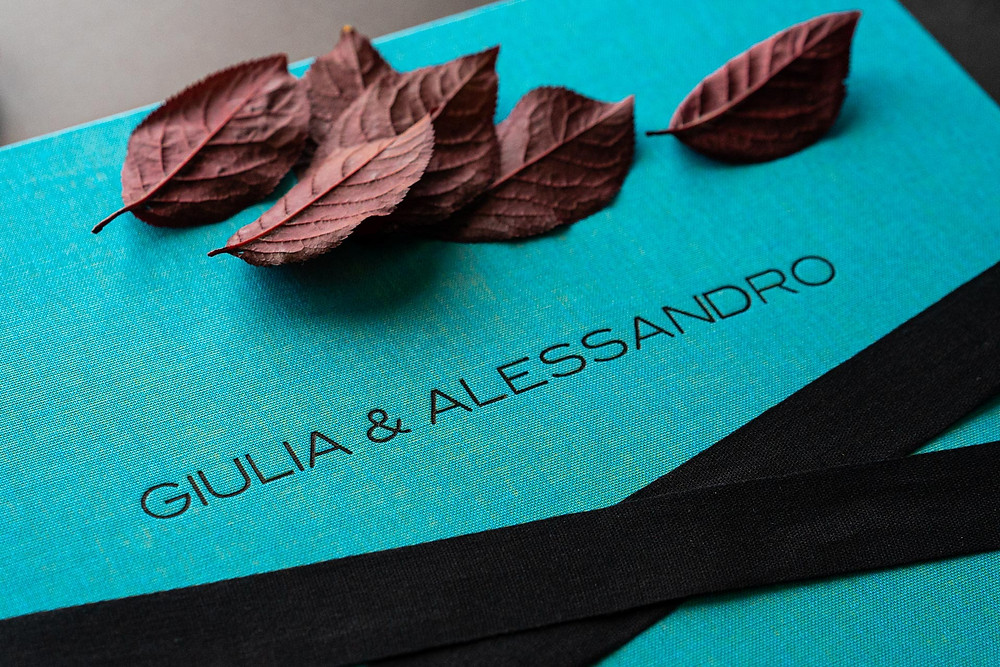 album di matrimonio color acquamarina con foglie rosse