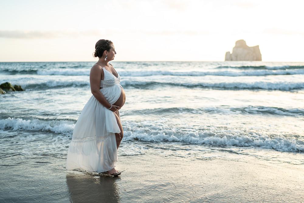 futura mamma in spiaggia a masua, fotografia gravidanza Sardegna