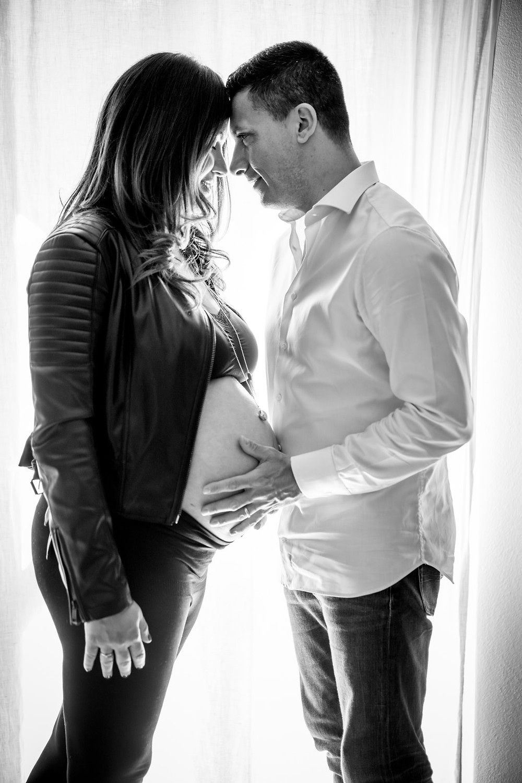 fotografo gravidanza iglesias, foto spontanee, sposi che si guardano abbracciati