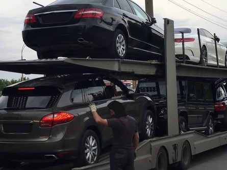 Transport samochodów. Kiedy przewoźnik nie odpowiada za szkodę w ładowanym aucie?