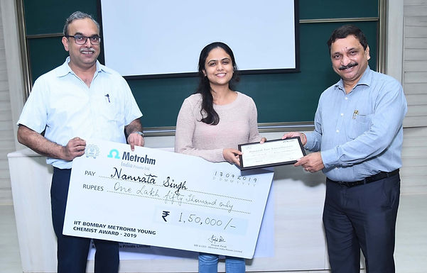 Namrata Singh receives the IIT Bombay Metrohm Young Chemist Award