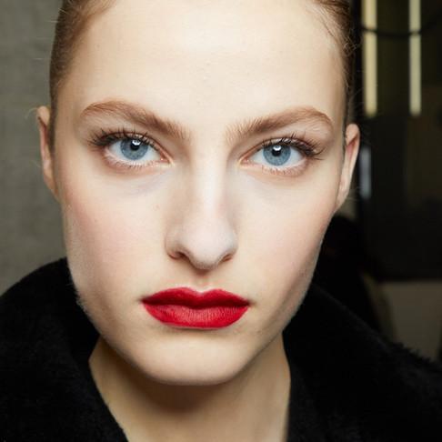 מייבלין ניו יורק משיקים בשבוע האופנה בניו יורק את לוק האיפור לקיץ 2020 מהמסלול אל רחובות  ניו-יורק