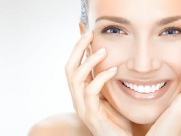 לחות ופריימר לפני השמת מק אפ עוזר לעור להיראות חלק יותר.