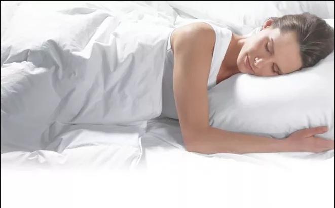 איזה תנוחה לשינה הכי טובה לעור הפנים
