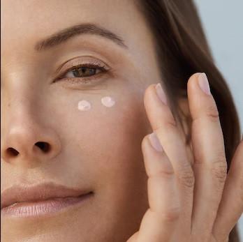 8 טעיות שרצוי להימנע כאשר מורחים קרם עיניים