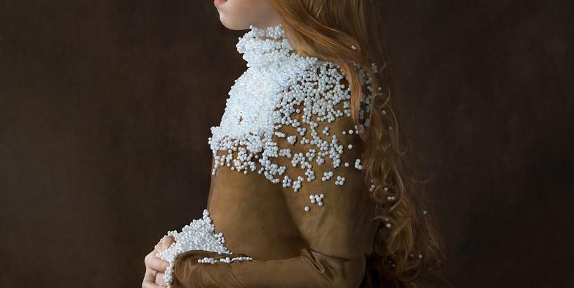 Suzanne Jongmans zmienia przetworzone opakowania w renesansowe stroje.