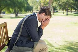 Homem com transtorno de ansiedade generalizad