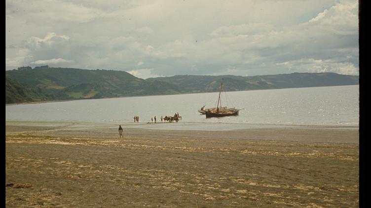 Lancha velera en playa de Achao, 1965