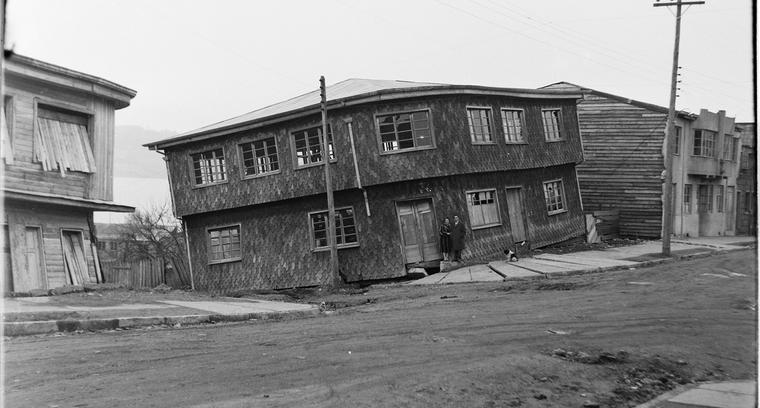 46.Centro de Castro. Efectos terremoto en casas de madera.