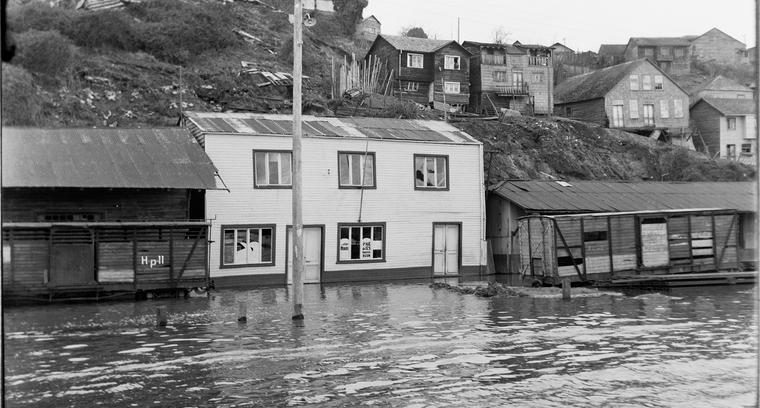 2.Inundación calle Pedro Montt, sector puerto, antigua estación ferrocarril.