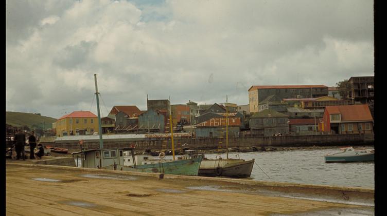 Vista desde el Puerto a la costanera de Ancud, 1965.
