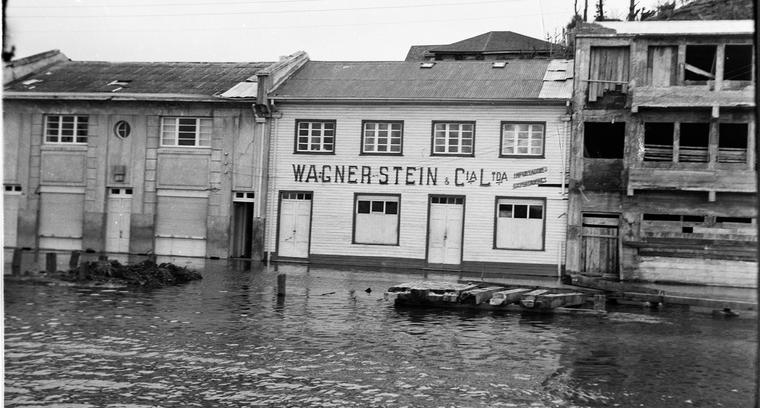1.Inundación calle Pedro Montt, sector Puerto.