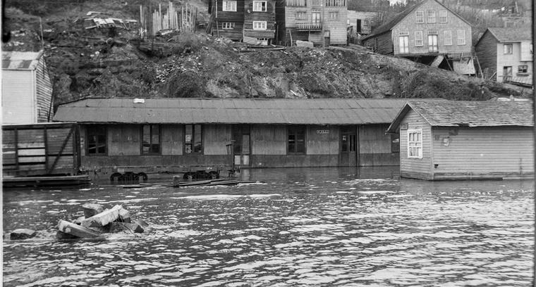 45.Calle Pedro Montt. Estación de Ferrocarriles inundada.