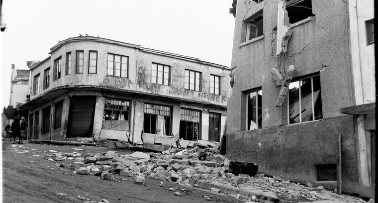 5.Calle Blanco, esquina Latorre. Efectos del movimiento en las casas de concreto.