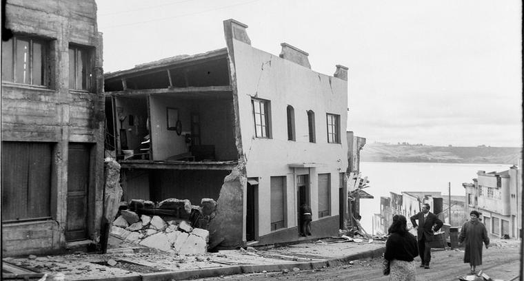8.Calle Blanco, vecinos asombrados antes consecuencias del terremoto.