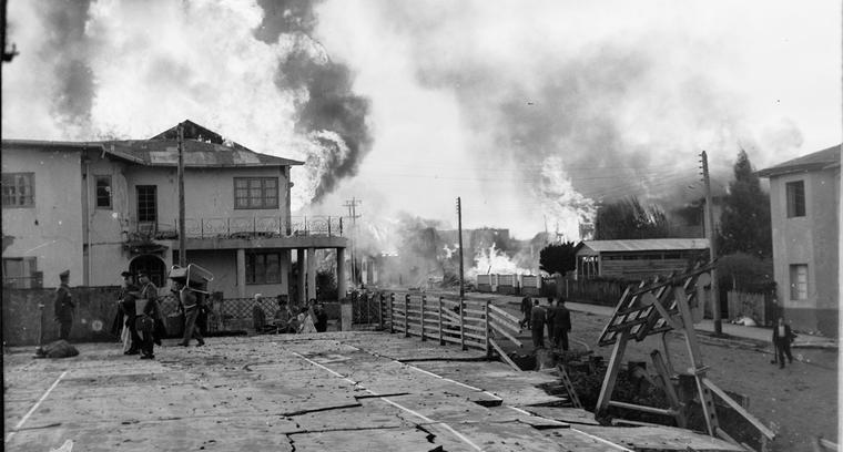 10.Castro en llamas. Vista desde calle Thompson hacia calle Chacabuco.