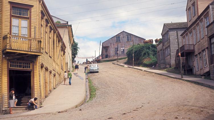 Vista de la calle Centenario de Chonchi, 1965.