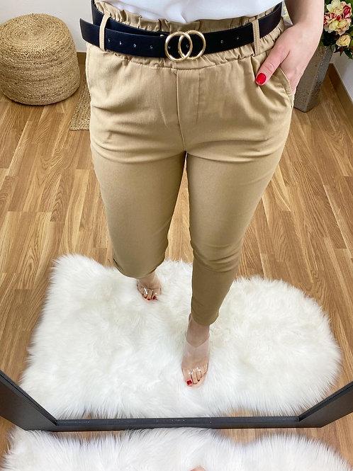 Pantalón y cinturón camel