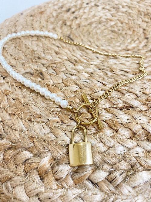 Cadena dorada con perlas