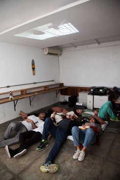 Ícaro, o curta era projetado no teto.  Ícaro, the short movie was projected on the ceiling.  Photo: Ribas - foto e vídeo