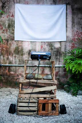 Estrutura para a exibição de um dos vídeos.  Structure for the exhibition one of the videos.  Photo: Ribas - foto e vídeo