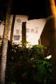 Projeção de retroprojetor em prédio vizinho.  Retro projector projection on neighbor building.  Photo: Ribas - foto e vídeo