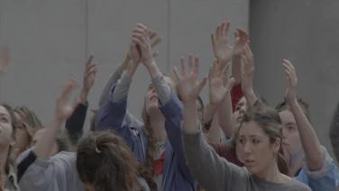 """MULTIDÕES  (Crowds)  Sarah Friedland, EUA  Uma videoinstalação de 3 canais de uma dança de duração, """"Multidões"""" investiga a coreografia de tipologias de público e os deslizamentos entre eles."""