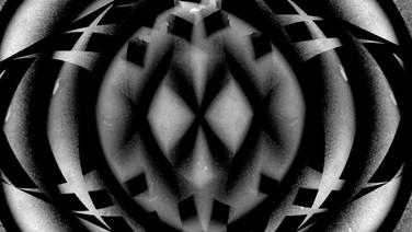 COSMOS OBSCURA  (idem)  Katherine Balsey, Irina Escalante Chernova, EUA  Em Cosmos Obscura, o universo é ao mesmo tempo conhecido e incognoscível. Novos padrões, ritmos e metáforas nascem dos antigos, e os corpos celestes da família são refratados em formas estranhas e incomuns.  Também no cinema: SESC SÃO GONÇALO 26/07 - 14h