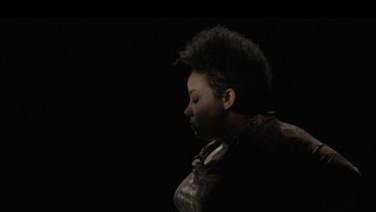 """VAGA CARNE  (idem)  Grace Passô, Ricardo Alves Jr., Brasil, 2019, 46 min.  Sinopse: Depois de já ter invadido substâncias líquidas, gasosas e sólidas, uma estranha voz toma posse do corpo de uma mulher e experimenta pela primeira vez o gosto de algo verdadeiramente humano. Juntos, a voz e o corpo procuram por pertencimento e por uma identidade própria enquanto questionam seus papéis dentro da sociedade.   Bio: Grace Passo é uma atriz, diretora e dramaturga. Foi cronista do Jornal o Tempo, e possui publicações de textos teatrais em português, francês, italiano, espanhol, mandarim, inglês e polonês. No cinema, atuou em """"Elon Não Acredita na Morte"""", """"Praça Paris"""", """"No Coração do Mundo"""", """"Temporada"""" e """"Vaga Carne"""". Dentre os prêmios e indicações estão o Prêmio Shell, APCA, Prêmio Questão Critica, Cesgranrio, Prêmio Bravo!, Festival do Rio, Festival de Brasilia, Festival de Turim, Medalha da Inconfidência e Prêmio Leda Martins. Ricardo Alves Jr. é diretor e produtor de cinema e teatro. """"Elon não Acredita na Morte"""" (2016), seu primeiro longa metragem, foi exibido nos Festival de Cinema de Macau (prêmio de contribuição artística), Rotterdam, Cartagena, IndieLisboa, Bafici, entre outros. DATAS E HORÁRIOS DE EXIBIÇÃO – CINEMATECA DO MAM 12/07 – 16h45 15/07 - 13h"""