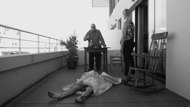 UM CONTO DE SANTA MARIA  (Un cuento de santa Maria)   Emanuele Dainoti, Itália  A obra é composta por quatro histórias de pessoas sem esperança, inspiradas nas atmosferas dos romances escritos pelo escritor uruguaio Juan Carlos Onetti. Os romances de Onetti acontecem na imaginária cidade de Santa Maria. Os personagens principais da obra de arte são forçados a um loop niilista e escuro. A relação de aspecto dos quatro canais principais muda constantemente e lentamente até que as imagens se tornem impossíveis de serem vistas pelo espectador. Emanuele Dainoti, Itália) A obra é composta por quatro histórias de pessoas sem esperança, inspiradas nas atmosferas dos romances escritos pelo escritor uruguaio Juan Carlos Onetti. Os romances de Onetti acontecem na imaginária cidade de Santa Maria. Os personagens principais da obra de arte são forçados a um loop niilista e escuro. A relação de aspecto dos quatro canais principais muda constantemente e lentamente até que as imagens se tornem impossíveis de serem vistas pelo espectador.