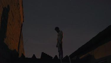 """VERMELHA  (idem) Getúlio Ribeiro, Brasil, 201, 78 min.  Sinopse: Dois homens viajam até região rural em busca de uma antiga raiz atingida por um raio. Enquanto eles extraem a raiz, Beto auxilia Gaúcho na reforma do telhado de sua casa, que passa a ser ameaçada diariamente pelo fornecedor de materiais de construção por dívidas em atraso. Vencedor da 22ª Mostra de Tiradentes.  Bio: Getúlio Ribeiro é diretor e roteirista, Bacharel em Comunicação Social - Audiovisual pela Universidade Estadual de Goiás.  É membro do coletivo Dafuq Filmes. Em 2011 escreveu e dirigiu o curta-metragem Longe de Casa, premiado em Goiânia e selecionado para festivais de todo o Brasil. Em 2012,  dirigiu o curta-metragem 'O que Aprendi com meu Pai', também selecionado para festivais em todo o país e américa latina. Foi membro curador da sessão de estreia do Cine Almofada, integrante da comissão de curadoria do 5º Perro Loco, integrante do júri jovem do I Fronteira e membro do Júri ABD na 14a Goiânia Mostra Curtas. Na sequência vieram a produção dos curtas """"Enquanto a Família Dorme"""" (2015) e """" Jonatas"""" (2016),  ambas produções com destaque dentro do estado. Recentemente lançou seu primeiro longa-metragem, """"Vermelha"""", exibido e premiado como melhor filme pelo júri da crítica na 22a Mostra de Cinema de Tiradentes.  DATAS E HORÁRIOS DE EXIBIÇÃO – CINEMATECA DO MAM 18/07 – 20h (sessão com a presença do diretor) 20/07 - 14h50  SESC SÃO GONÇALO 24/07 - 13h"""