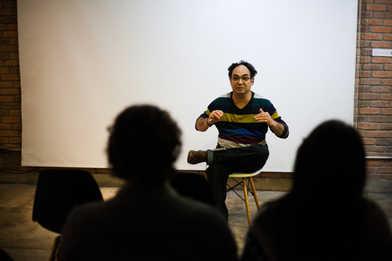 Fala com Luiz Garcia, pesquisador do grupo Dobra de filme experimental.  Talk with Luiz Garcia, experimental film researcher form the Dobra group.  Photo: Ribas - foto e vídeo