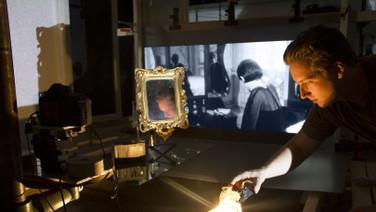 BACKTRACK   (idem, 2015, 7 min.)  Um remix em 3D de 7 minutos de longas-metragens dos anos 50 e 60 que foram projetados em vidro e repotografados em 3D estereoscópico com uma câmera fotográfica.  DATA E HORÁRIO DE EXIBIÇÃO - CINEMATECA DO MAM  20/07 - 20H30
