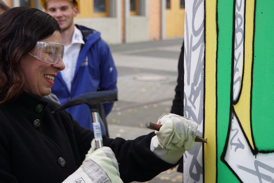 Senatorin Frau Scheeres als Mauerspecht