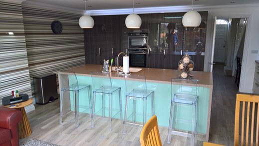 Kitchen Styles: Manston Gloss Alabaster & Linden Carbon Marine Wood
