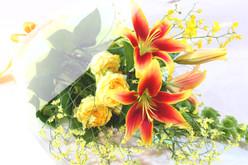 華やかな色の花束