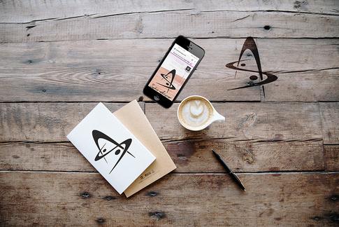 Conception-création d'une signature destinée à être marquée à chaud sur des meubles en bois et métal pour La Sagesse de la Matière