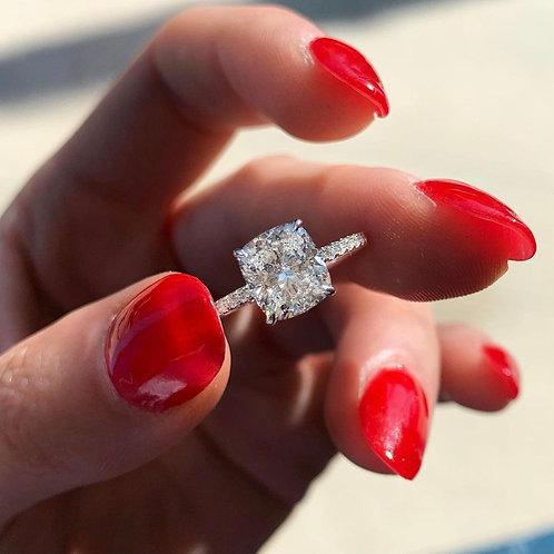 Bague en or blanc 18 karat sertie d'un diamant de taille coussin