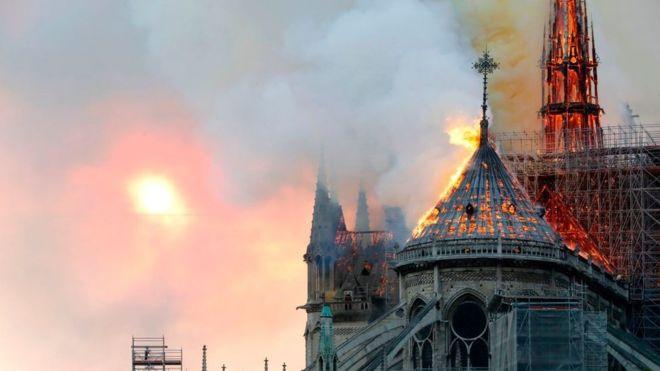 世界著名地標巴黎聖母院,於法國當地時間4月15日傍晚燒毀。圖片來源/BBC News Afrique
