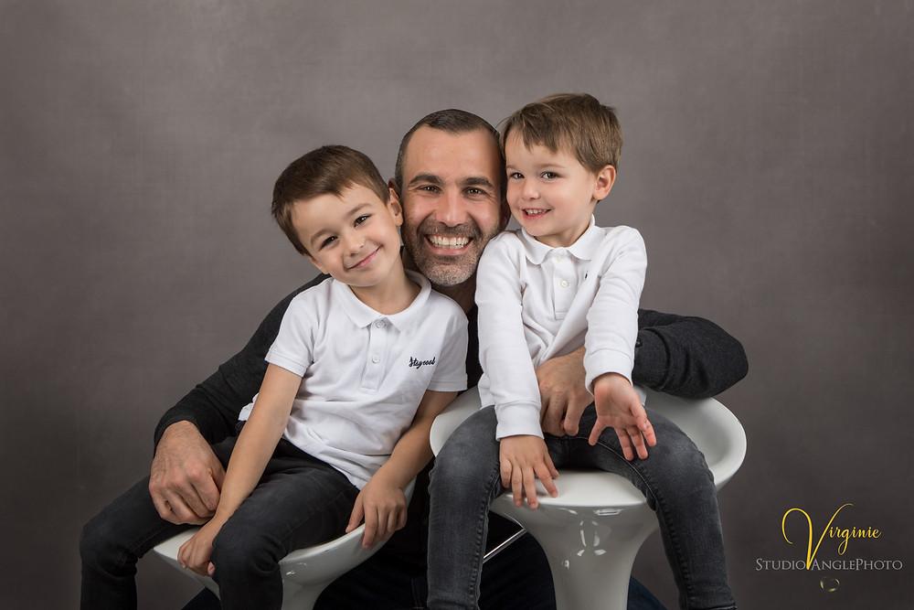 portrait de papa et ses deux garçons